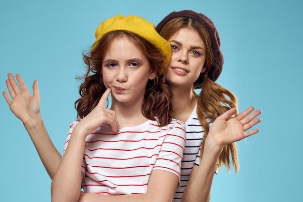 Sorelle di moda in cappelli divertimento stile di vita blu