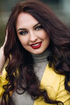 Moda primavera ritratto di donna elegante in abito glamour luminoso di lusso, labbra rosse, giacca gialla alla moda.