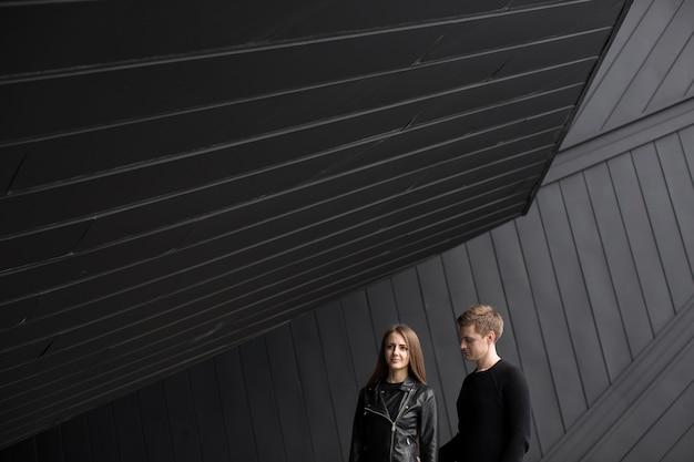 Foto di stile di moda di belle coppie sul muro sfondo nero