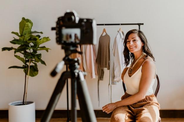 Stilista di moda che lavora con i vestiti