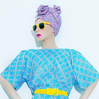 Signora della moda estiva. accessori sciarpa ed elegante stampa a scacchi.