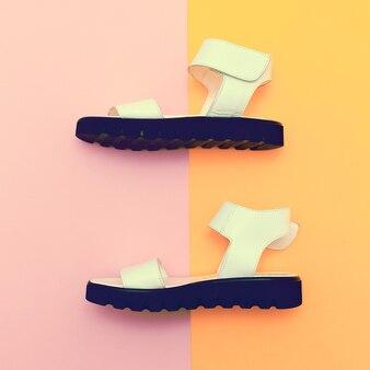 Scarpe estive alla moda. sandali.