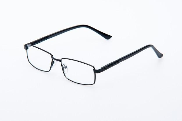 Occhiali da sole moda montatura nera su sfondo bianco