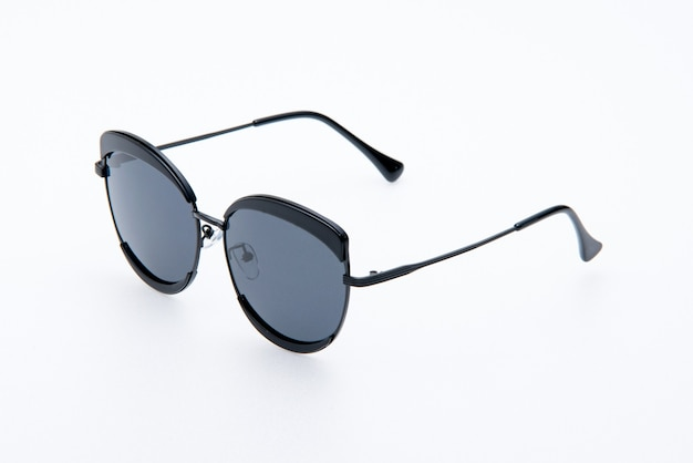 Occhiali da sole moda montature nere su sfondo bianco