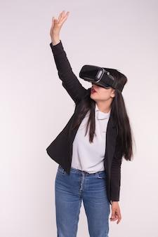 Moda, tecnologie, concetto di persone - donna asiatica che gioca gioco in occhiali per realtà virtuale