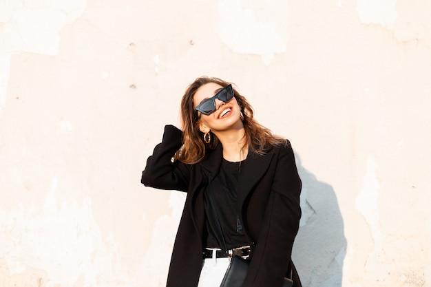 Look di moda donna in abiti neri