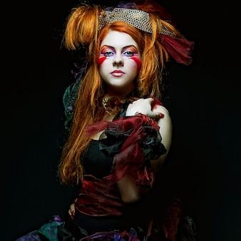 Moda donna in stile bambola. trucco creativo abito fantasia.