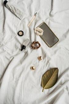 Accessori moda donna su lino bianco