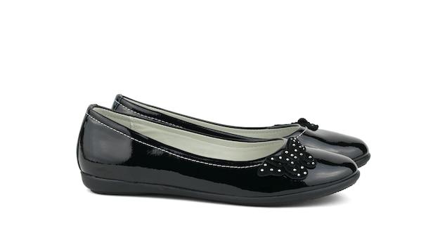 Scarpe di pelle verniciata delle donne di modo isolate su priorità bassa bianca. il concetto di scarpe alla moda.