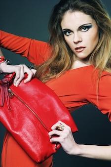 Moda giovane donna con borsa