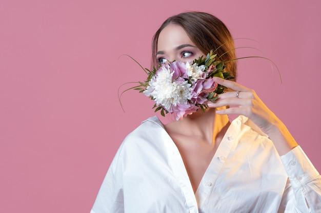Concetto alla moda maschera per il viso fresca e vivace fragranza floreale