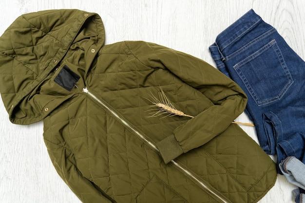 Concetto alla moda. giacca cachi con cappuccio e blue jeans