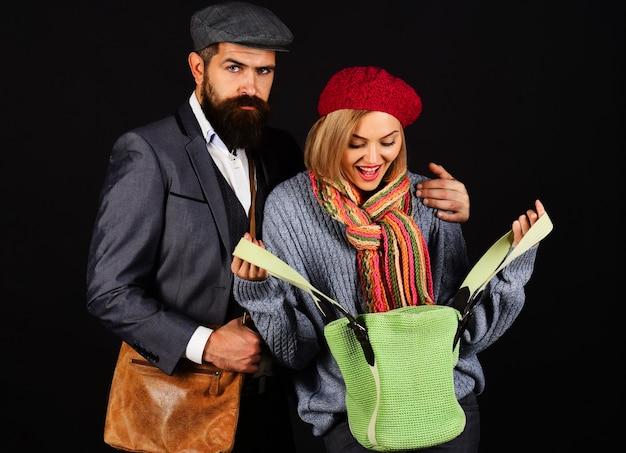 Coppia alla moda in vestiti caldi alla moda. moda autunno-inverno.