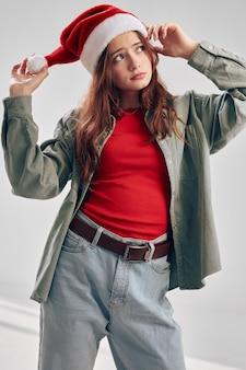 Ragazza alla moda in giacca e cappello da festa t-shirt rossa jeans. foto di alta qualità