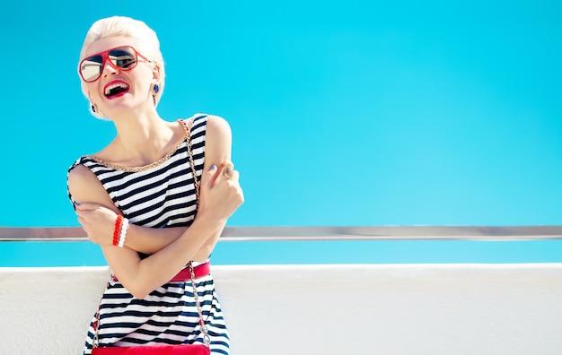 Foto di ragazza alla moda. stile marino