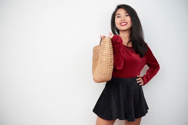 Ragazza alla moda con la borsa