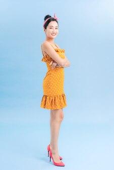 Elegante giovane donna alla moda in posa su blue