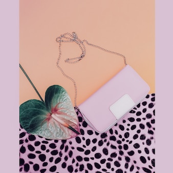 Accessorio da donna alla moda. frizione. tendenza colore vaniglia