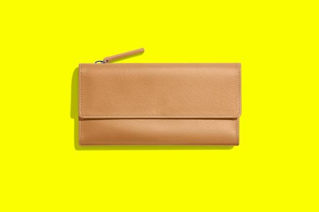 Portafoglio da donna in pelle alla moda su giallo
