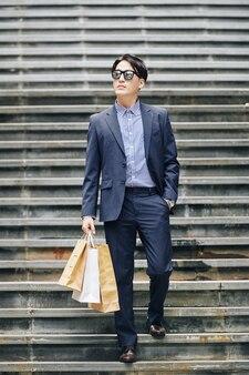 Uomo alla moda shopping in città