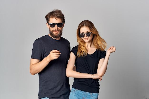 Uomo e donna alla moda amicizia comunicazione romanticismo indossando occhiali da sole sfondo isolato