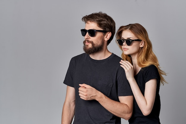 Uomo e donna alla moda che socializzano insieme posando sfondo chiaro di moda. foto di alta qualità