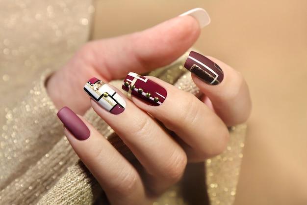 Nail art lucida opaca alla moda.