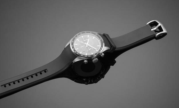 Orologio da uomo alla moda su sfondo nero