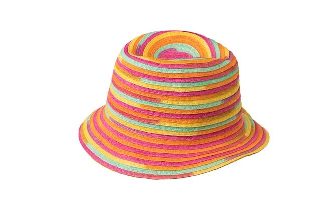 Cappello da sole multicolore alla moda isolato su una superficie bianca