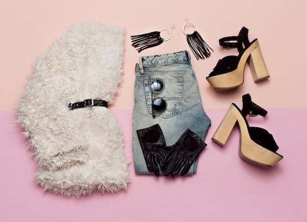 Outfit alla moda per tutti i giorni. eleganti accessori e scarpe da donna spring urban vista dall'alto