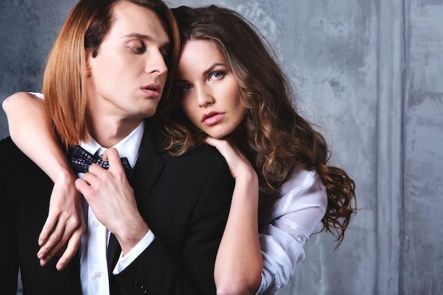 Coppia sexy alla moda di bella donna con uomo elegante