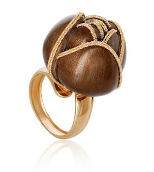 Anello dorato alla moda alla moda. l'originale anello d'oro.