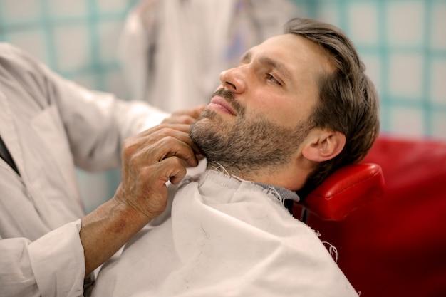 Uomo alla moda alla moda dal barbiere