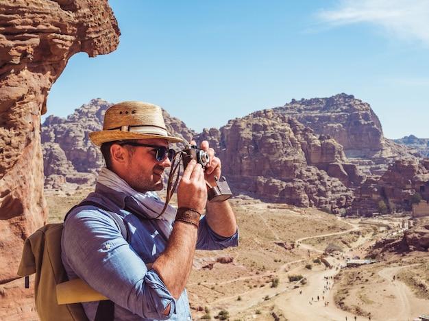 Turista alla moda con una macchina fotografica d'epoca