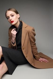 Donna alla moda in un cappotto. stile retrò, vestito nero, Foto Premium