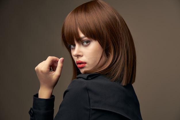 Donna alla moda in giacca gesticola con spazio per le mani