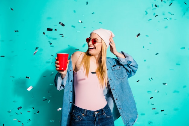 Donna alla moda in posa contro il muro blu