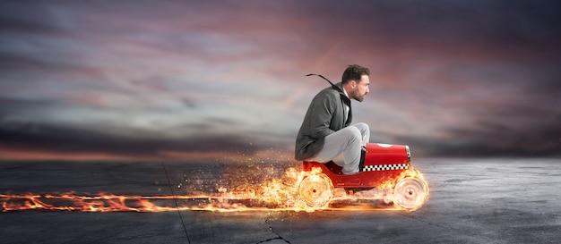 L'uomo d'affari veloce con un'auto vince contro i concorrenti. concetto di successo aziendale e concorrenza