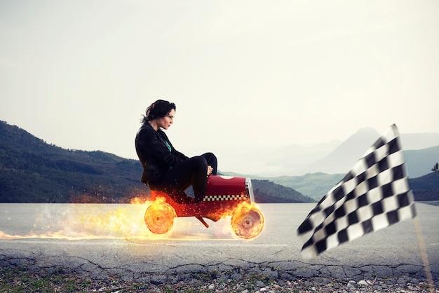 La donna di affari veloce con una macchina vince contro il concetto di concorrenza di successo e concorrenza