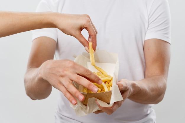 Fondo leggero di stile di vita dello spuntino delle patatine fritte degli alimenti a rapida preparazione