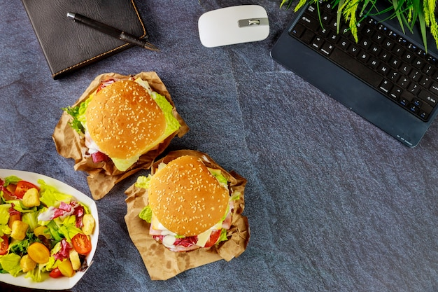 Ordinazione di fast food in ufficio Foto Premium