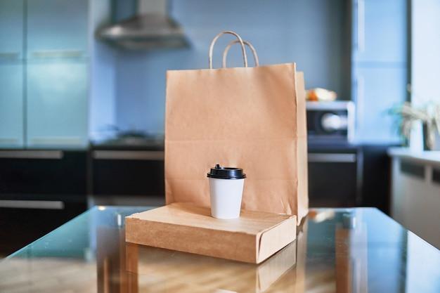 Sacchetti consegna a domicilio veloce con cibo e bevande da asporto