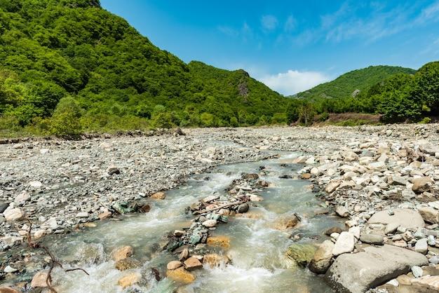 Paesaggio veloce del fiume di montagna
