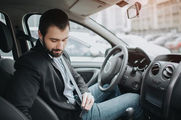Allacciare la cintura di sicurezza dell'auto. la sicurezza della cintura di sicurezza prima di tutto durante la guida