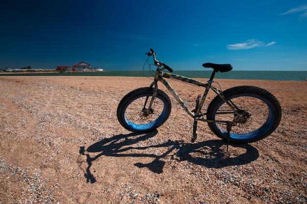 Fat bike in estate sulla spiaggia. ciclismo e stile di vita attivo.