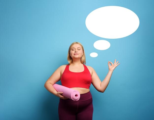 Ragazza grassa fa palestra a casa. espressione pensierosa.