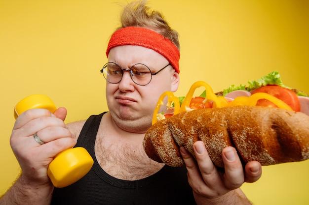 Scelta uomo grasso tra sport e fast food