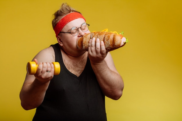 Hamburger mangiatore di uomini grasso degli alimenti a rapida preparazione