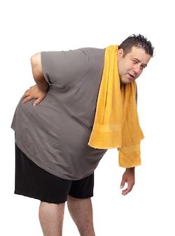 Uomo grasso che gioca sport isolato su una priorità bassa bianca