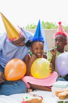 Padre e figli festeggiano insieme un compleanno